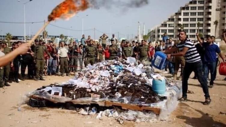 الصورة قديمة وليست لحرق كمية من الحشيش المخدر في غزة حديثًا