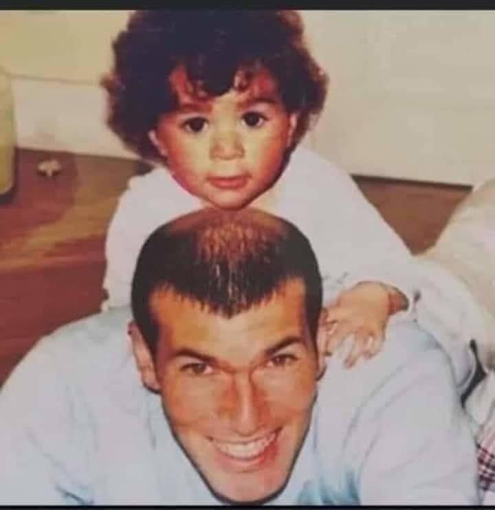 صورة نادرة تجمع زين الدين زيدان مع ابنه الذي يشبه كريم بنزيما، الأمر الذي يفسّر إبقاءه في ريال مدريد.
